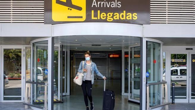 Una turista alemana a su llegada al aeropuerto de Ibiza.