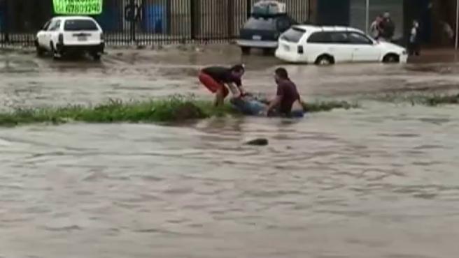 Las fuertes lluvias están dejando una situación crítica en Bolivia, con calles y viviendas completamente inundadas. Los servicios de emergencia y el propio ejército trabajan sin descanso para evacuar a los residentes. Además, se ha habilitado un mercado como refugio hasta que baje el nivel del agua. De momento, el tiempo parecer dar una tregua, aunque breve porque el jueves se esperan nuevas precipitaciones.
