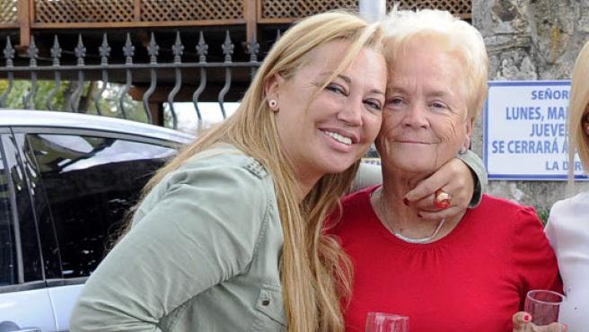Belén Esteban posa con su madre, Carmen Menéndez. MADRID