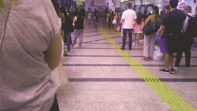 Colas de usuarios esperando para comprar sus billetes en las máquinas expendendoras de la estación de Oviedo