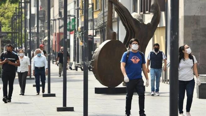 Varias personas con mascarillas por la pandemia del coronavirus, en Ciudad de México.