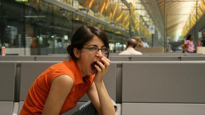 Joven aburrida y bostezando