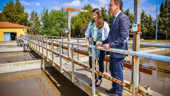 El alcalde de Pozoblanco, Santiago Cabello, visita la depuradora