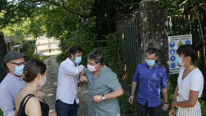 El candidato de Galicia en Común-Anova Mareas a la Xunta, Antón Gómez-Reino, junto a otros candidatos de la coalición se reúnen con el Movemento Galego pola Defensa das Pensións Públicas (Modepen).