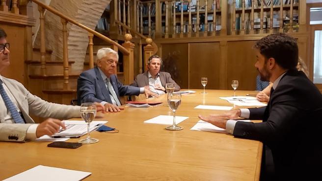 El portavoz del Grupo Popular, Beltrán Pérez, expone a presidentes de Cámara de Comercio de Sevilla y CES, Francisco Herrero y Miguel Rus, su 'plan de choque' con 68 medidas para reactivación económica.