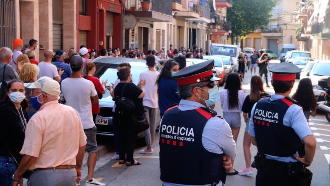 Concentración convocada en Mataró para echar a una familia de okupas, este domingo.