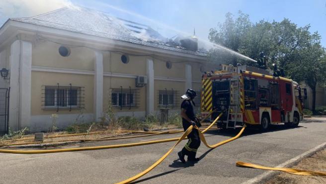 Los bomberos de la capital, apagando el incendio.