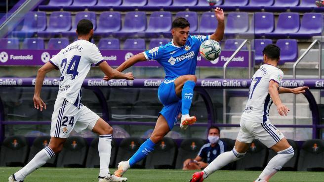 Joaquín y Javi Moyano presionan al delantero del Getafe Hugo Duro
