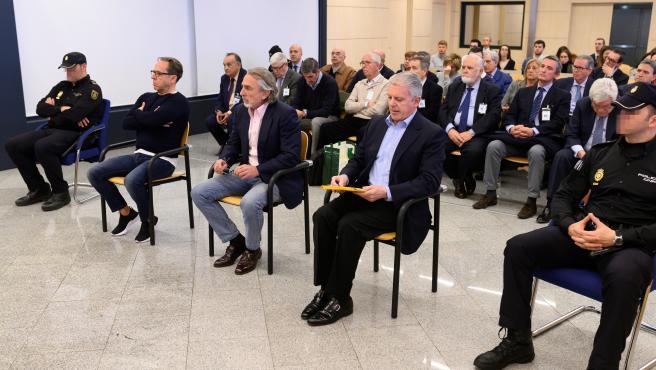 Los acusados Álvaro Pérez 'El Bigotes' (i), Francisco Correa (c) y Pablo Crespo (d) al comienzo del juicio por la supuesta contratación irregular de una empresa de Gürtel para actos celebrados por la visita del papa Benedicto XVI a Valencia en 2006 que se
