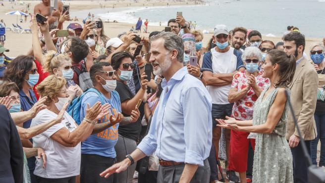Los Reyes Felipe VI y Letizia saludan durante su recorrido por el Paseo de Las Canteras, en Las Palmas de Gran Canaria, Canarias (España), a 23 de junio de 2020. La visita a la capital grancanaria coincide con la habitual conmemoración del 23 al 24 de jun
