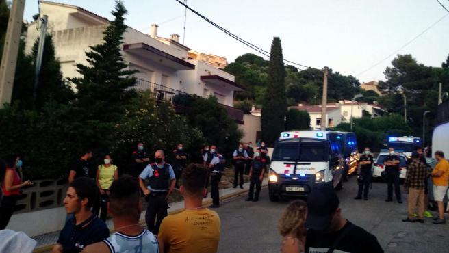 Momento en que un grupo de manifestantes ha ido hasta la casa donde viven los jóvenes ocupas y los Mossos se los han tenido que llevar escoltados.