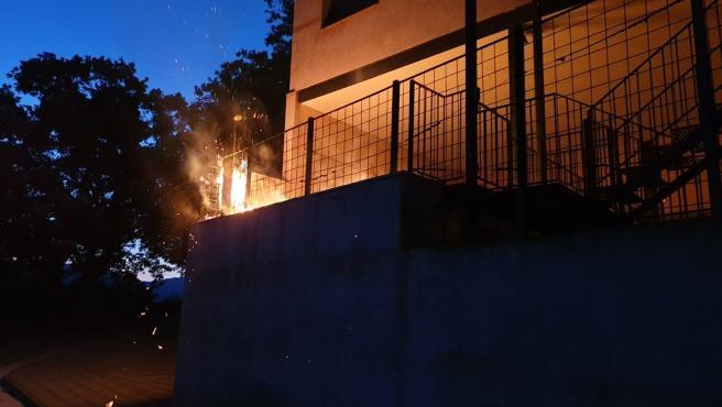 Prenden fuego de madrugada en Navas de Estena a una casa rural del alcalde y destrozan sus dos vehículos