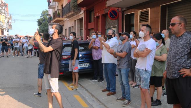 Protesta de vecinos ante un piso okupado por una familia en Mataró, el domingo 21 de junio de 2020.