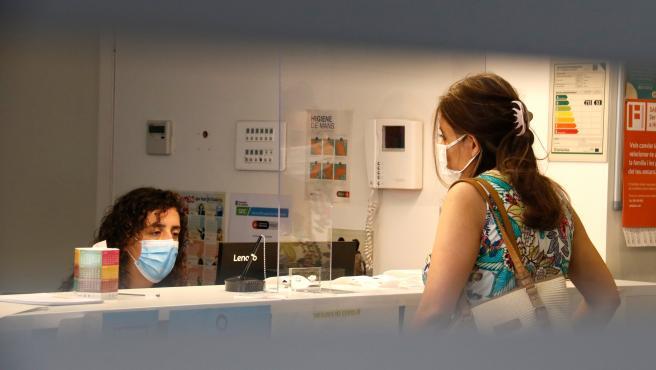 El personal del Centro de Servicios Sociales de Poble Sec (Barcelona) atiende a una usuaria.