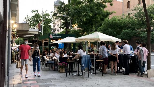 Imagen de una terraza llena de jóvenes en Madrid, en la fase 2 de la desescalada.
