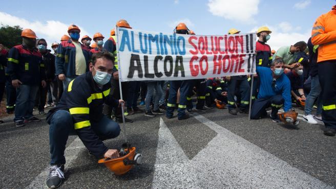 Vilalba. Trabajadores de Alcoa cortan la Autovia A8 a la altura de Vilalba en protesta contra el anuncio de la multinacional norteamericana de despedir a 534 empleados de la factoria de aluminio situada en San Cibrao, Lugo.