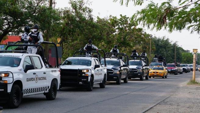 Miembros de la Guardia Nacional y de la Policía Estatal patrullan en la comunidad indígena Ikoots San Mateo del Mar (Oaxaca, México), donde fueron asesinadas al menos 15 personas.