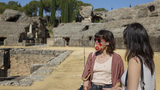 Visitantes en el conjunto arqueológico de Itálica, en Santiponce, durante la presentación del Festival Andaluz de Artes Escénicas 'Anfitrión'