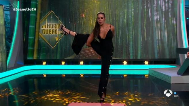 Cristina Pedroche, haciendo yoga en 'El hormiguero'.