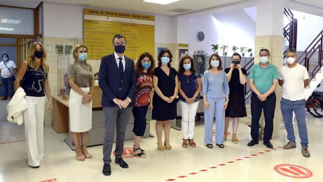 El alcalde de Murcia, José Ballesta, visita el Centro de Servicios Sociales de Espinardo, en el que 23 profesionales atienden a personas vulnerables