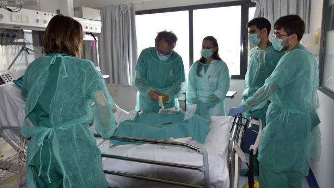 El enfermero consultor de heridas crónicas y agudas del hospital, Lorenzo Pérez, atiende a un paciente