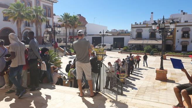 Imagen de la cola en el Ayuntamiento de Palos de la Frontera.