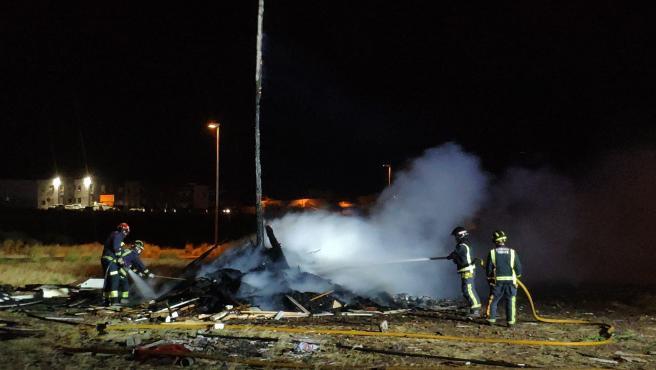 Los bomberos extinguen una hoguera en la zona de El Tablero