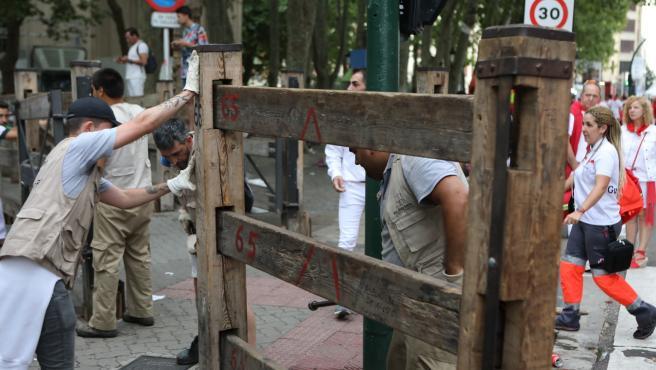 Operarios de la Carpintería Hermanos Aldaz desmontan el vallado del encierro de los Sanfermines 2019.