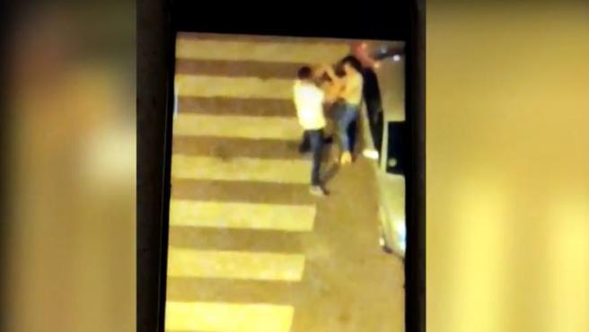 Un hombre le da una paliza a su novia en la calle y la deja tirada en el suelo.