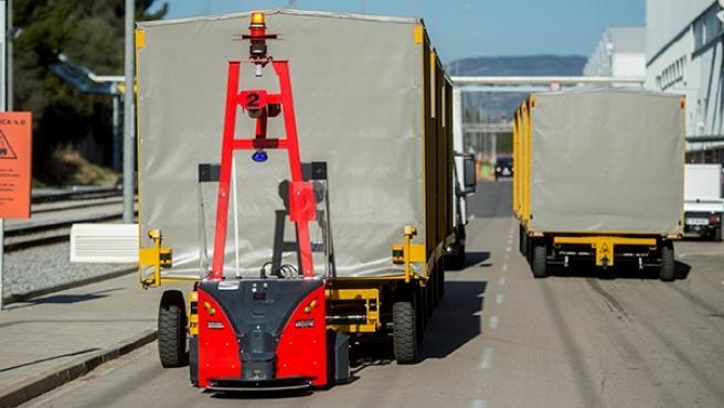 Uno de los nuevos robots de SEAT trasladando piezas