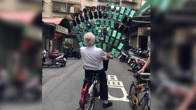 Chen San-yuan, el anciano de 70 años que juega a 'Pokémon Go' con 64 móviles a la vez.