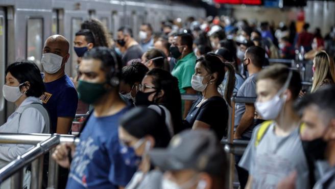 Pasajeros con mascarillas por la pandemia del coronavirus, en una estación de metro de Sao Paulo (Brasil).