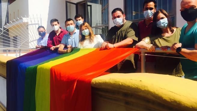 Despliegue de la bandera Lgtbi en la sede del PSOE