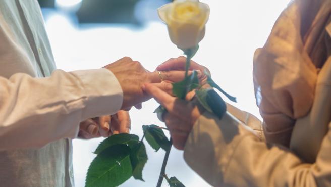 Una pareja se coloca las alianzas en la celebración de su boda