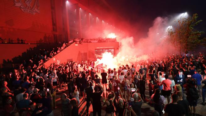 Aficionados del Liverpool celebran en Anfield la Premier conquistada