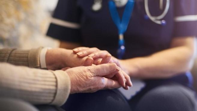 Un estudio profundiza en por qué hay más mujeres con Alzheimer que hombres.