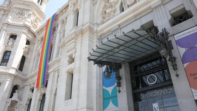 Bandera LGTBI colacada en la parte izquierda de la fachada del Palacio de Cibeles el pasado año
