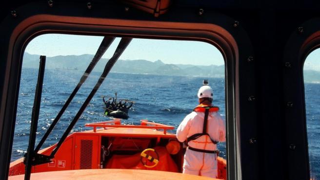 Imagen de archivo de Salvamento Marítimo con una patera avistada