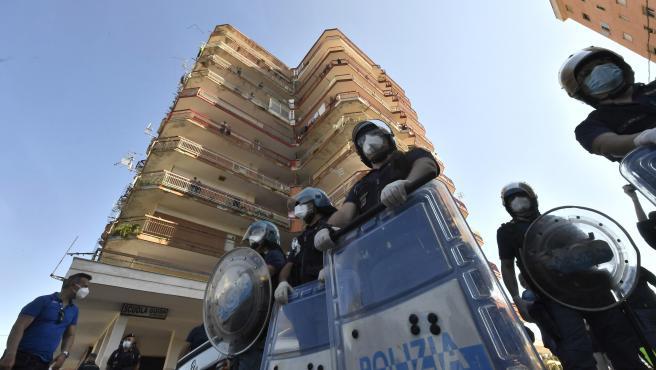 Polic´ñias italianos rodean una zona cerrada por coronavirus en Mondragone.