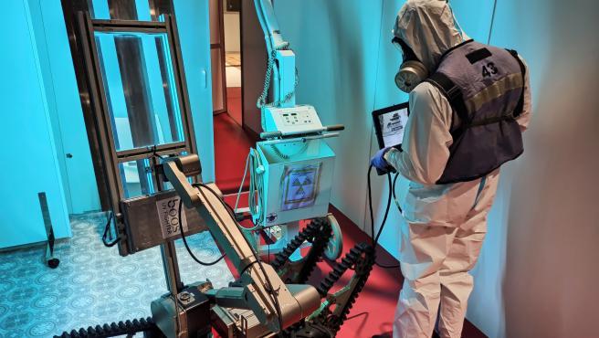 Un miembro de la unidad de la UME de Luis Rodríguez Lara desinfecta con el robot Teodor y un emisor de luz ultravioleta durante la pandemia.