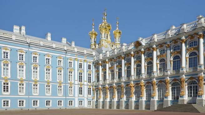 Era la residencia de verano de los zares de Rusia y tiene su origen en el siglo XVIII. El complejo cuenta con jardines de una gran belleza.