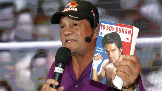 El panameño Roberto 'Manos de Piedra' Durán, tetracampeón mundial de boxeo, en la presentación de su autobiografía, el 29 de noviembre de 2016, en Ciudad de Panamá.