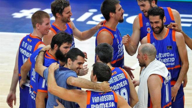 Los jugadores del Valencia Basket celebran su victoria ante Gran Canaria.