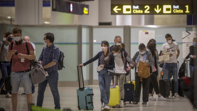 Viajeros desembarcando en el aeropuerto de Sevilla tras el estado de alarma