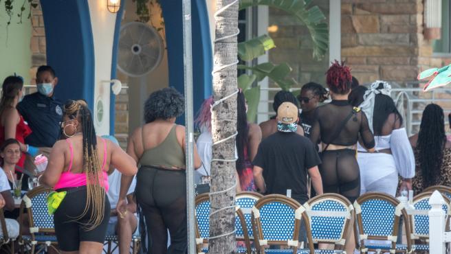 Grupos de personas se agolpan en la terraza de un bar de Miami Beach, en Florida.