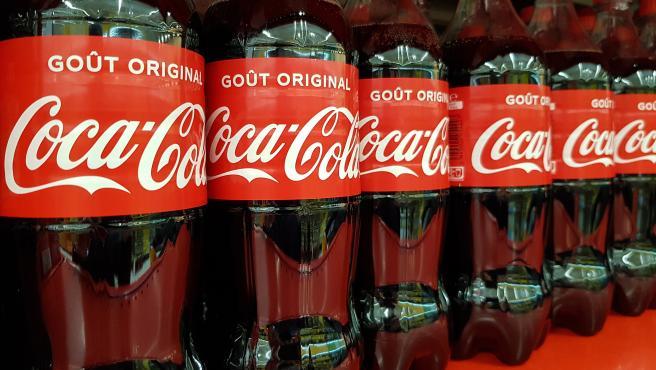 Varias botellas de Coca-Cola en una imagen de archivo.