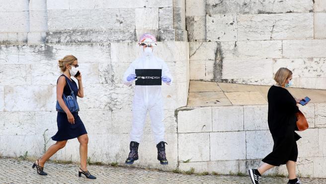 Dos mujeres con mascarillas pasean en Lisboa (Portugal).