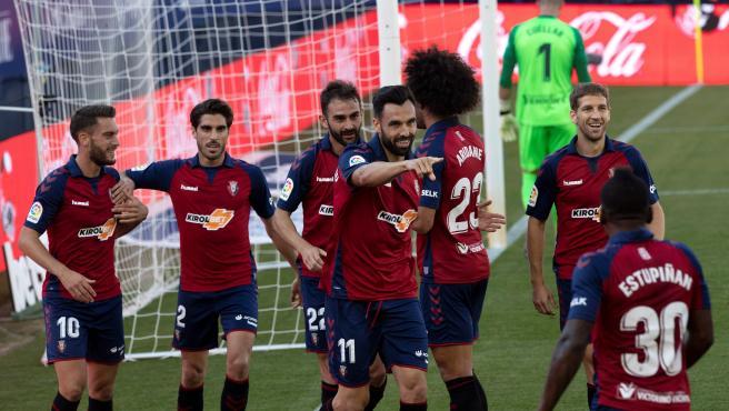 Los jugadores rojillos celebran uno de los tantos de Enric Gallego.