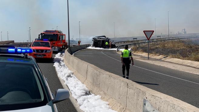 El camión volcado y completamente quemado en la carretera CV-36 en Torrent (Valencia).
