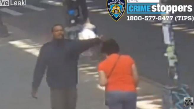 Momento en el que sospechoso golpea a la mujer.